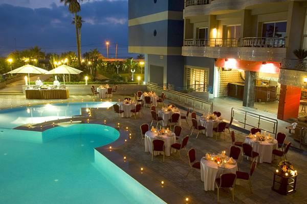 hotel_club_val_d_anfa_la_terrassa_de_la_piscina_de_nit.jpg