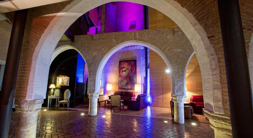 hotel_monasterio_benedictino_sala_d_estar_amb_els_arcs_d_alabastre_del_monestir.jpg